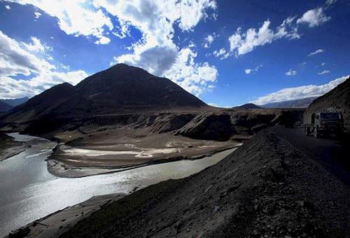 Слияние рек Инд и Занскар недалеко от Леха, фото thehindu.com