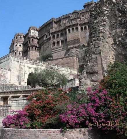 Мехрангарх форт, вид снизу, по пути к Джасвант Тхада