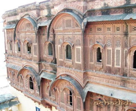 Верхние этажи джодхпурского форта - это дворец в стиле резных раджастанских хавели