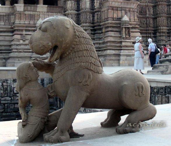 Скульптура Льва - символ династии Чандела, Каджурахо, западная группа