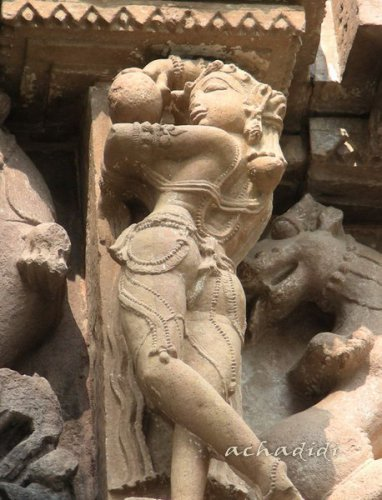 Скульптура Женщина играет в мяч, Каджурахо, западная группа