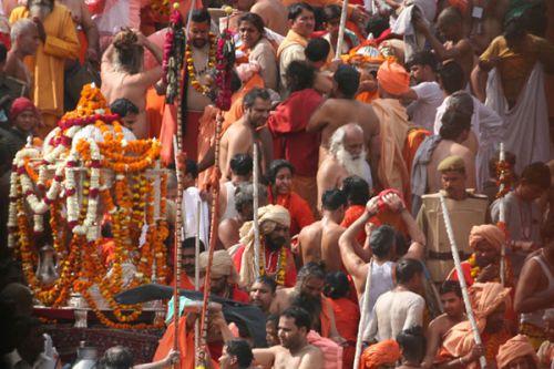 Омовение в Ганге на Кумбха меле в Харидваре
