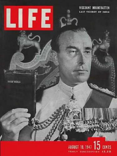 """Маунтбэттен присягает в качестве генерал-губернатора Индии. Журнал """"Лайф"""", авг.1947 г."""