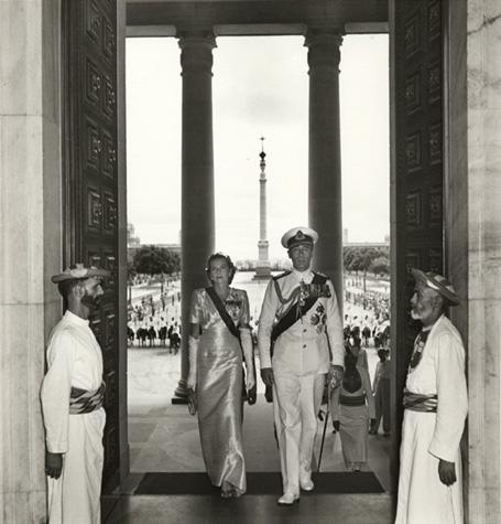 Маунтбэттен с супругой прибывает на церемонию вступления в должность вице-короля