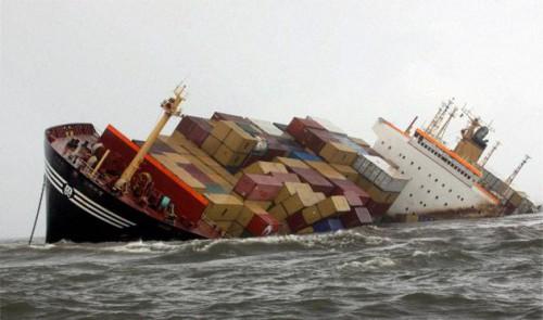 Тонущий корабль в Бомбее, фото PTI, www.thehindu.com