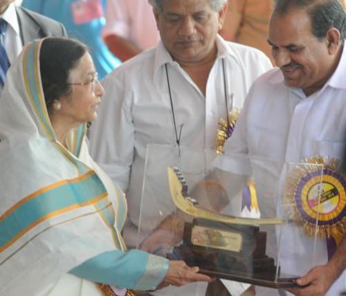 Керальское правительство вручает Президенту Индии сувенир в честь 58-й гонки на приз Неру в Аллапуже в августе 2010.  Фото: H. Vibhu