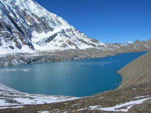 Синеву озера и неба разделяют только горы