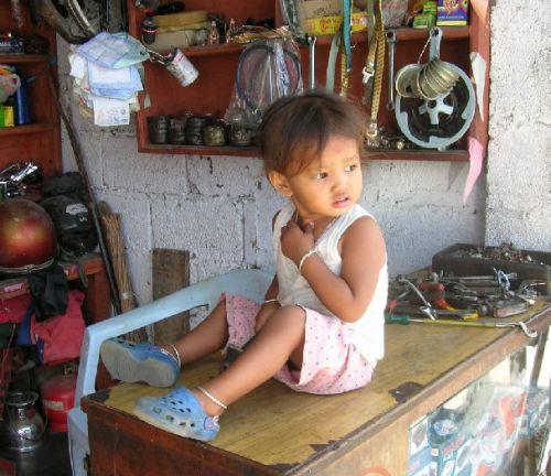 Непальская девочка в лавке