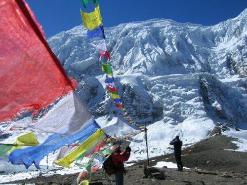 буддийские флаги у подножья Гималаев
