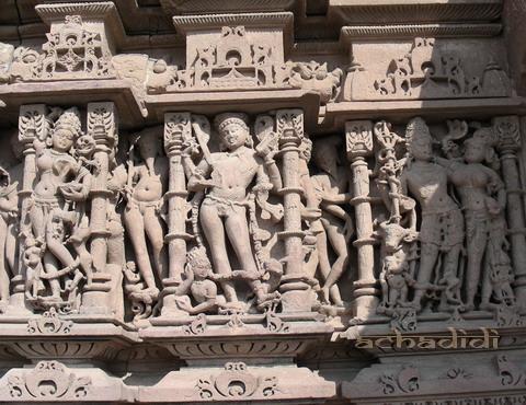Стена одного их храмов в Саья Мата Мандире