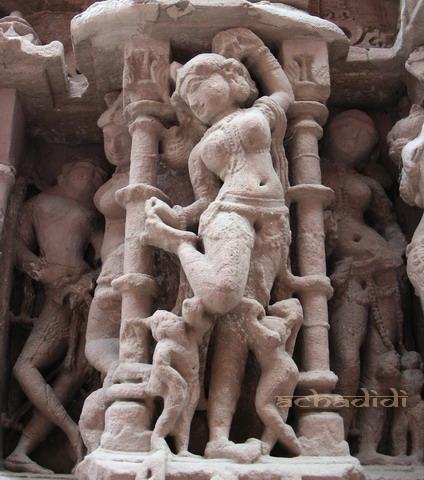 Девушка, вынимающая занозу.Скульптура храма Сачья Мата, Осиан