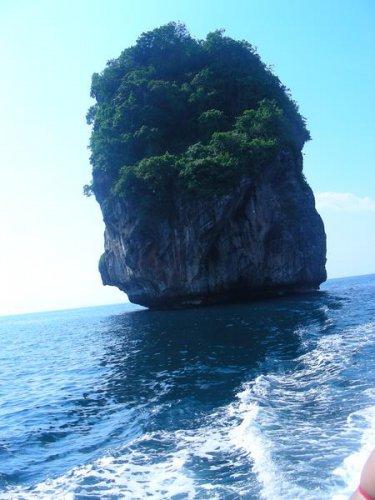 Скалы в море около Акульего мыса острова Пи Пи