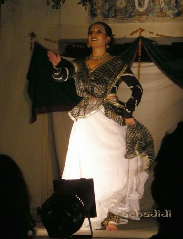 Исполнительница Сикхских танцев