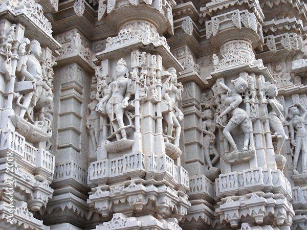 Скульптура на стенах джайнского храма Ачалгарха