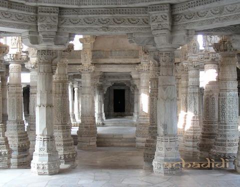 Один из залов в храме Ранакпура