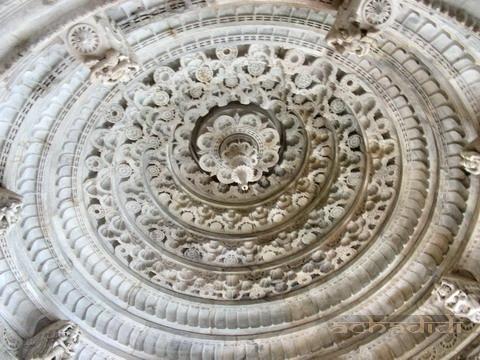 Резьба бокового купола главного храма Ранакпура