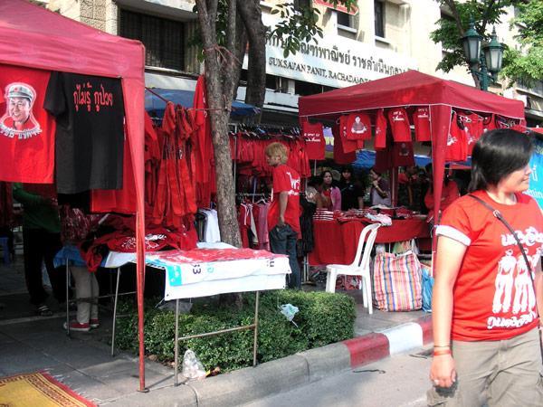 вокруг красного митинга все красное и шопинг тоже