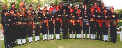 """Солдаты региональных """"полков"""" в парадной форме. В центре - раджпутский стрелок в черном головном уборе"""
