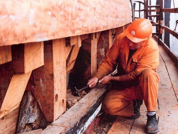 Хартлпул, нач.1990-х гг. Английский рабочий осматривает тиковые шпангоуты 170-летней давности. Как новые!