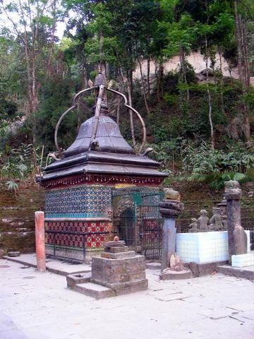 Необычный храм Шивы, Дхуликель