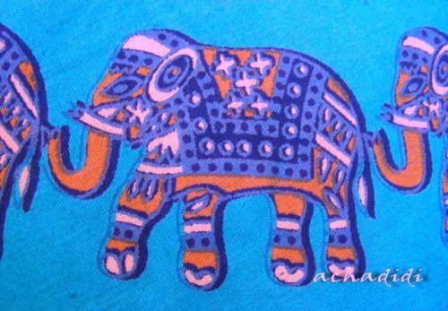 Индийский орнамент ткани - вереница слонов