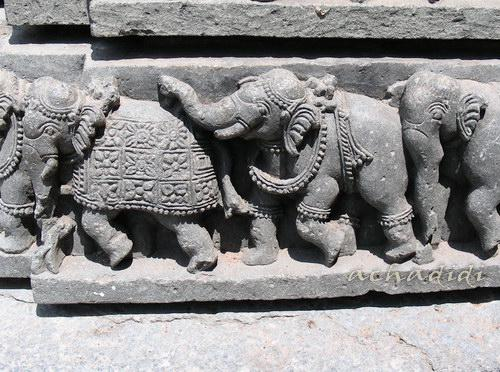 Слоны на фризе храма Сомнатхпур, южная Индия