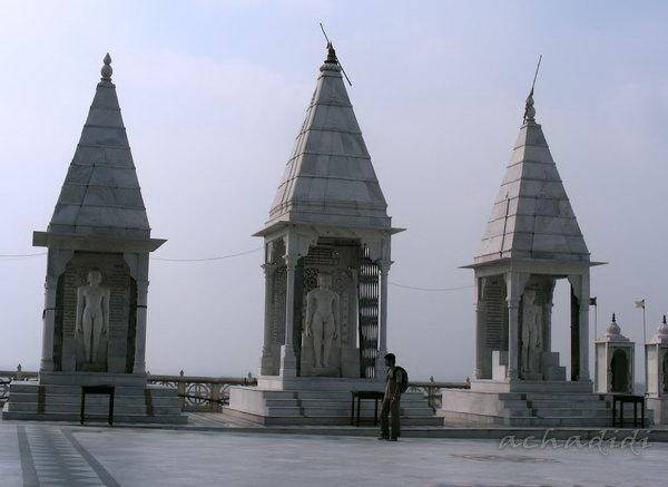 Сонагири. 3 мраморных храма-ниши с фигурами тарханкаров