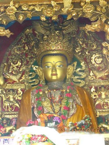 Будда в гомпе Сваямбуната, фото из-за стекла