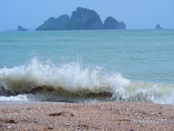 Волна на пляже в Ао Нанге