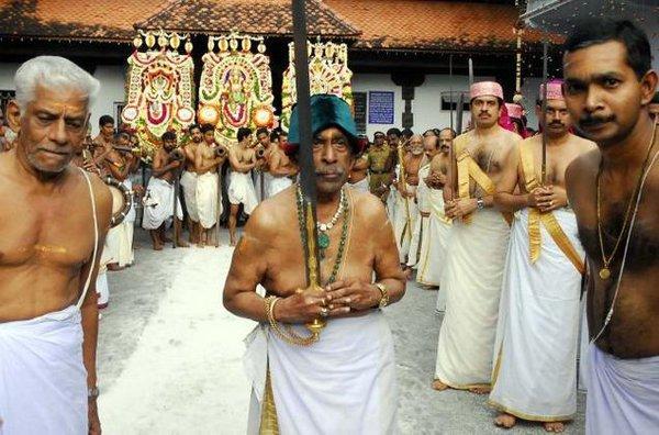 Почетный траванкорский магараджа во время храмовой церемонии в 2006 г. (фото The Hindu)