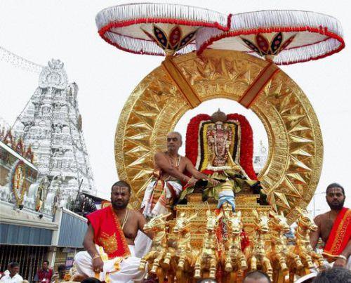 Бог Венкатешвара едет на золотой колеснице на фестивале Брахмотсав, Тирумала, фото thehindu.com