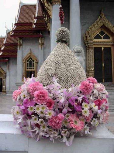 живые цветы у входа в храм