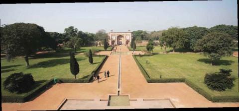 Сад вокруг мавзолея императора Хумаюна в Нью-Дели.