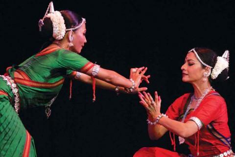 Биджайини и Сурупа изображают пчелку, летящую на цветок лотоса – это метафорическое обозначение любви Радхи и Кришны.